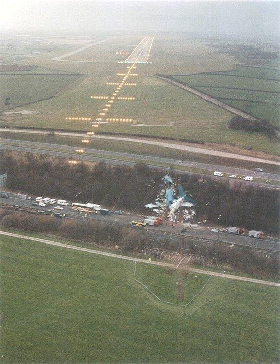 упавший самолет перед полосой