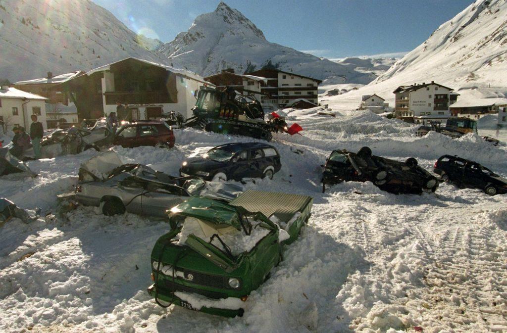 поврежденные автомобили от лавины
